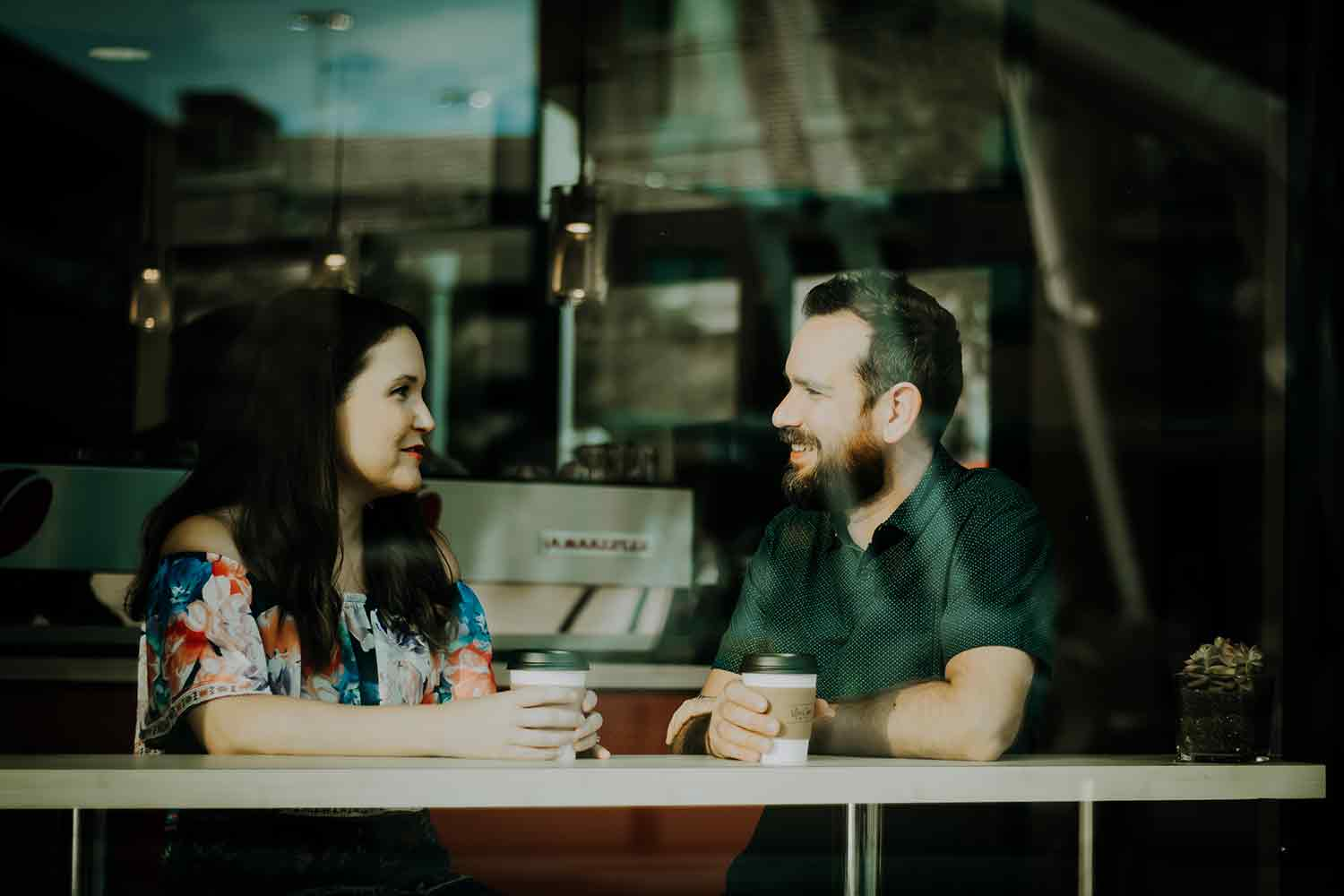 Man-and-woman-talking-over-coffee